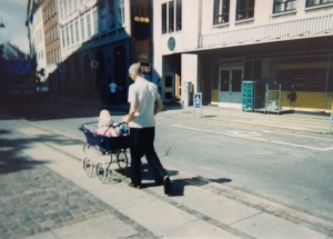 Pædagog set på gaden med små børn