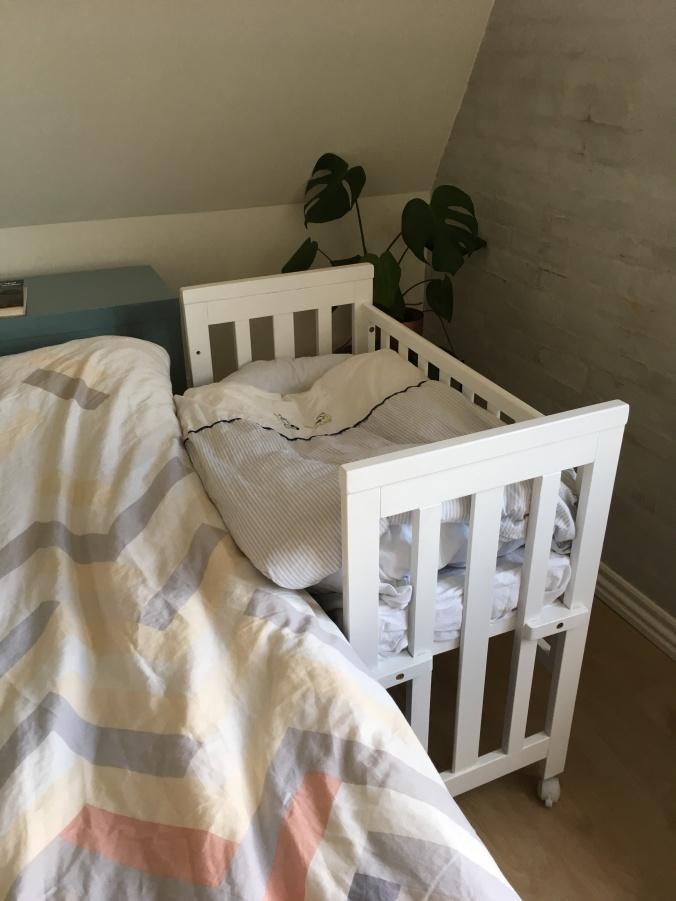 """Lille babyseng/ bedside crib på mors seng med """"babynest"""""""