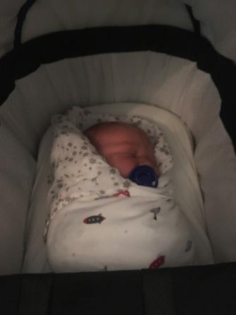 fem dage gammel og svøbt med stofble og svøb parat til første tur i barnevogn